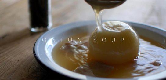 皿に盛り付けたオニオンスープ