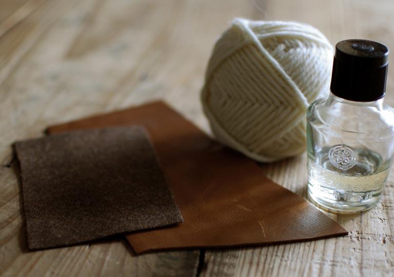 材料の革と毛糸と布と椿油