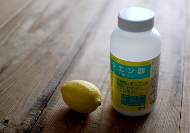 レモンとボトルに入ったクエン酸