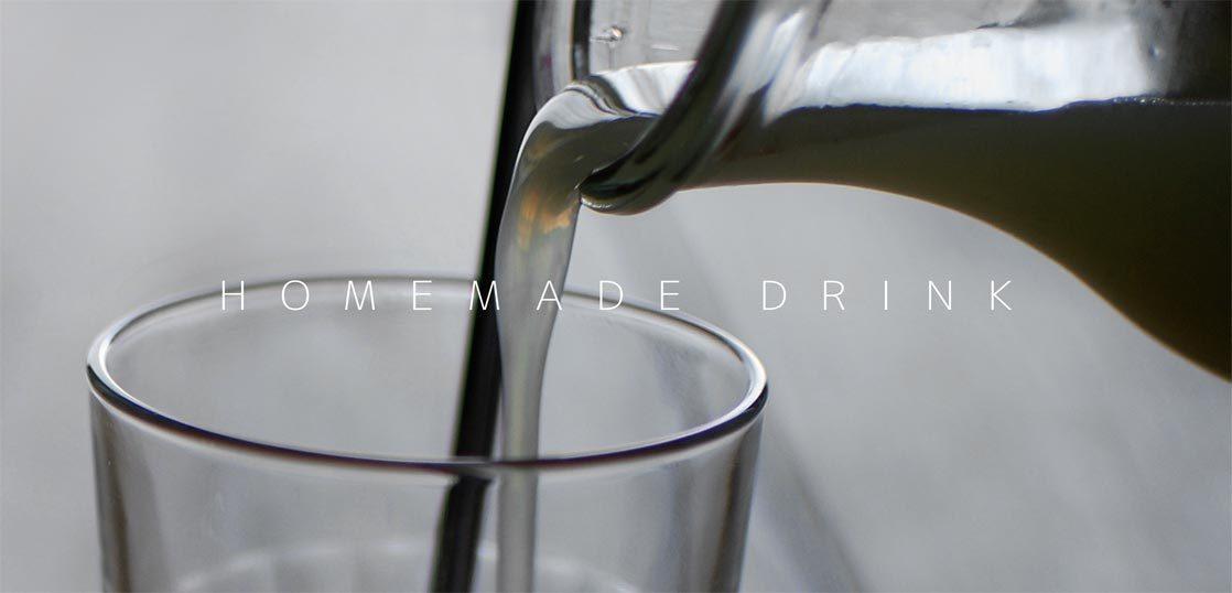 乳酸菌飲料の原液をグラスに注いでいるところ