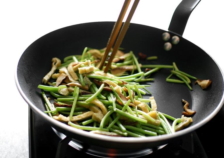 油揚げと干し椎茸も入れて油で炒めている