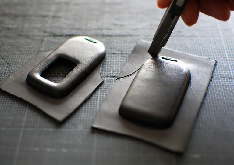革の余分な箇所を切り取る