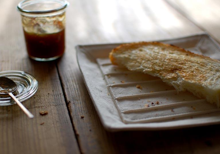 テーブルの上で使用している布製トースト皿
