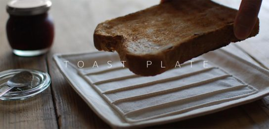 布製のトースト皿と、焼いたパン