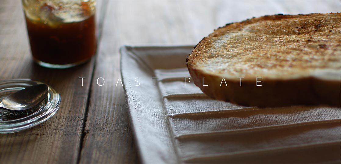 布製のトースト皿と焼いたパン