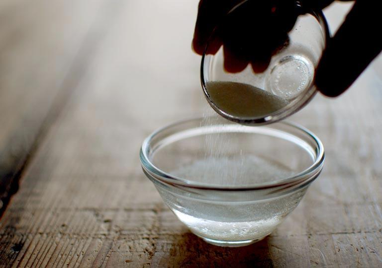粉ゼラチンを水に入れる
