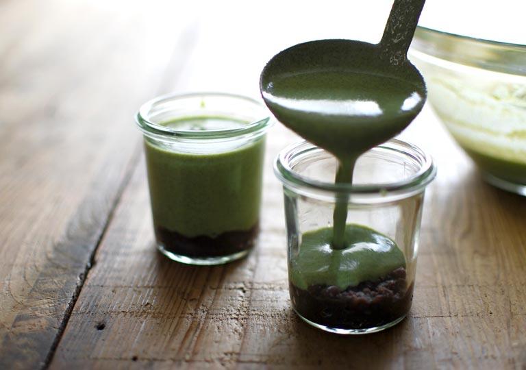 容器に緑茶液を流し入れる