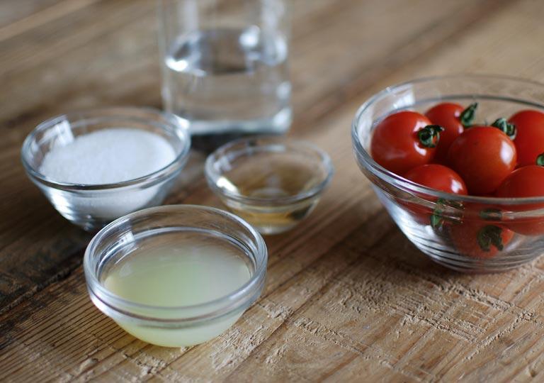 材料の水と砂糖とレモンとトマト