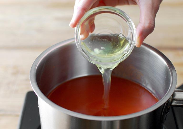鍋に卵白を入れるところ