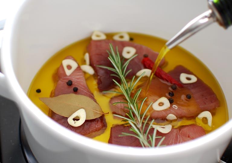 材料の入った鍋にオイルを入れる