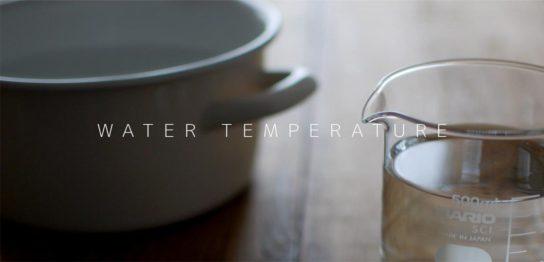 水の入った計量カップと鍋