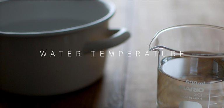 水の入った鍋とビーカー