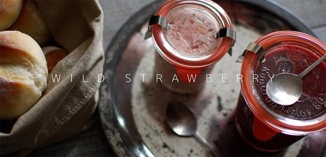 パンの横にワイルドストロベリージャムと苺バター